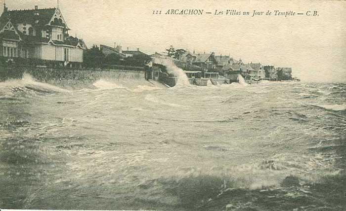 Très violente tempête : vue de la jetée de La Chapelle  de la Villa Alma à gauche jusqu'à environ l'actuelle résidence Joigny. image arcachon-nostalgie.com