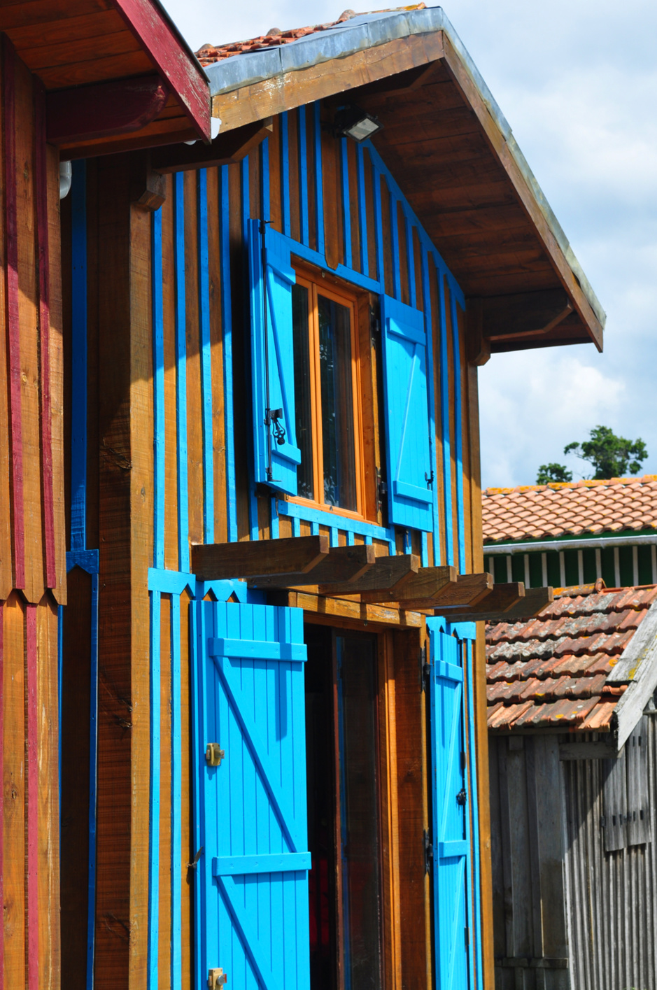 Couleur bleue d'une cabane au port de Biganos