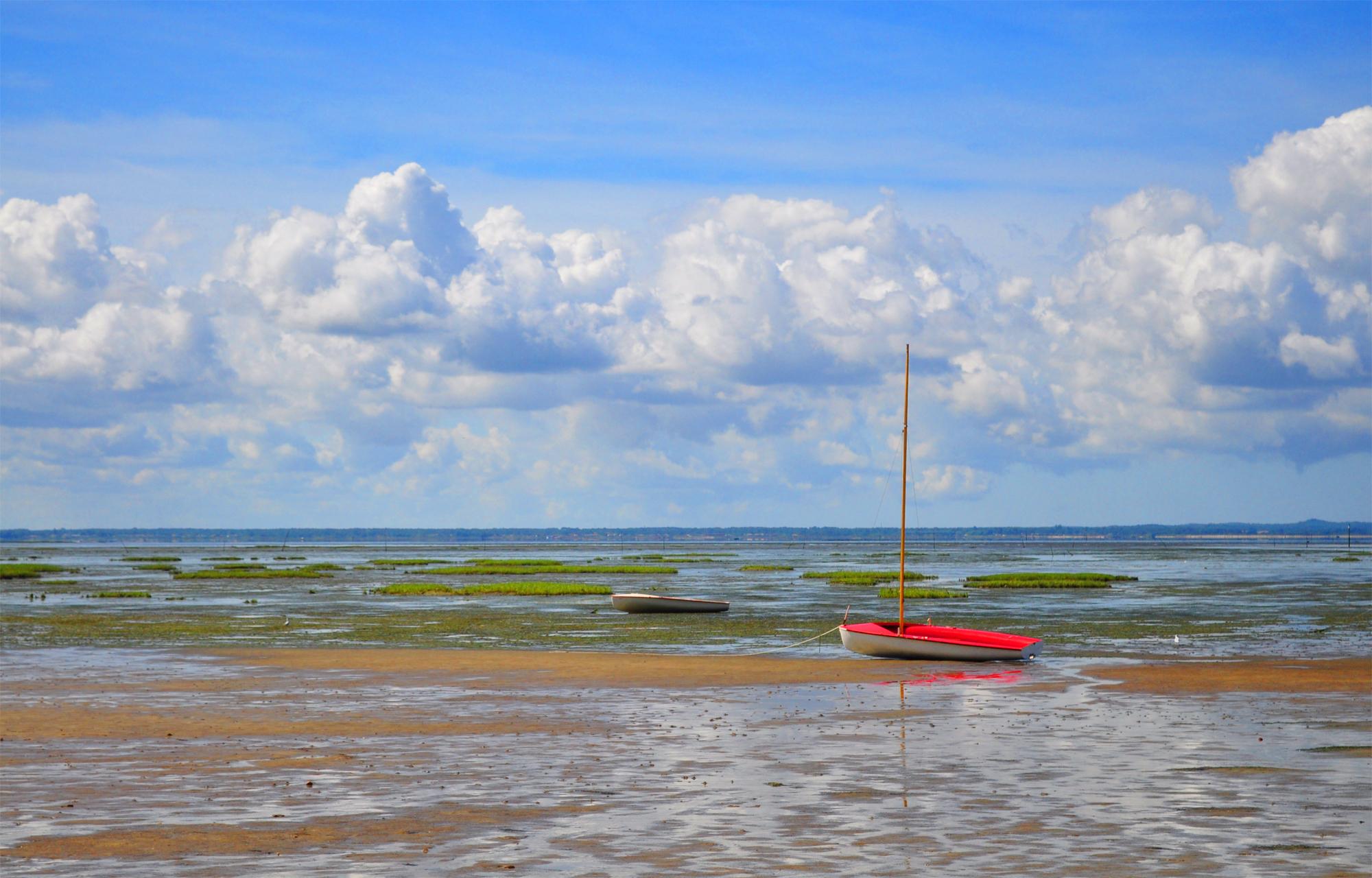 A Taussat, bateau sur bassin d'Arcachon à marée basse