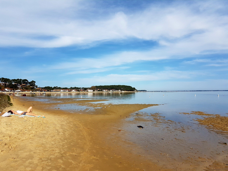 Eté 2017 sur le bassin d' Arcachon, les touristes vont à la plage avec leurs téléphones, pas avec leurs PC
